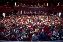 De schouwburg van Theaters Tilburg vol met toekomstige ruimtevaarders