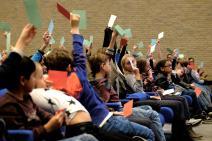 Een volle zaal enthousiaste kids